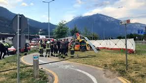 Paura a Trento sud, cade un elicottero che si spezza: nessun morto