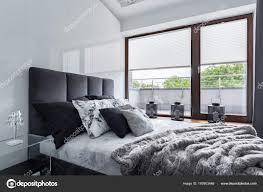 Moderne Schlafzimmer Mit Doppelbett Hochglanz Wand Und Große Fenster