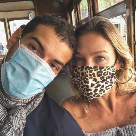 De máscaras, Luana Piovani e o amado, Bittencourt, passeiam de ônibus.