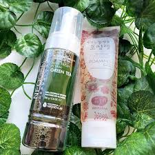 this foaming cleanser contains fermented green tea extracts to brighten and hydrate skin while gently removing sweat dirt and makeup