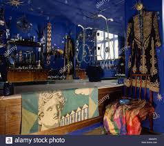 Gold Und Schwarz Orientalischen Mantel An Wand Blaue Achtziger Jahre