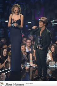 Bruno Mars Quotes Interesting Taylor Swift Presents An Award To Bruno Mars Funny Pictures