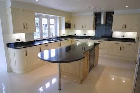 Moderne Küche Ideen mit schwarzer Granit Tisch und weiße Decke