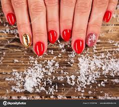 žena S Krásné červené Nehty Na Retro Dřevěný Stůl Stock Fotografie