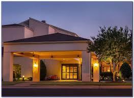 courtyard williamsburg busch gardens area is a 3 0 star hotel located in williamsburg va this hotel is 2 6 mi 4 3 km from bassett hall and 2 7 mi 4 3