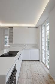 Weiße Küche mit Dielenboden bauemotion