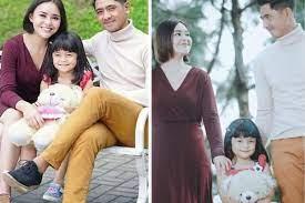 Walau ada pertengakaran, tapi suami istri ini tetap saling memberi perhatian. 10 Potret Keluarga Kecil Amanda Manopo Dan Arya Saloka Harmonis