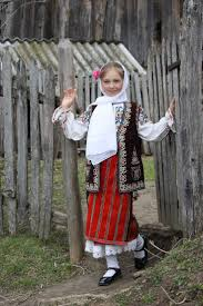 Sweet Romanian Costume - Reminds me of our Likovania Folk Dance Company  Costumes!