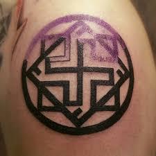 татуировка в процессе нанесения символ мудрости и справедливости
