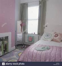 Grün Und Rosa Schlafzimmer Mit Gemustertem Teppich Und Polster