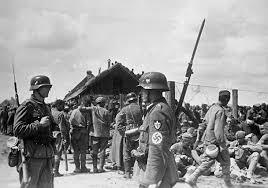 Начало Великой Отечественной войны как это было Вопрос Ответ  Немецкие солдаты конвоируют советских военнопленных пленённых после сражения под Уманью 1941 год
