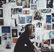 Hiasan dinding ada banyak sekali jenisnya, mulai dari wallpaper. 4 Trik Desain Kamar Kos Buat Anak Kuliah