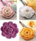 Цветы на шапках связанных крючком