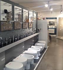 Prodotti in vetrina outlet ceramiche