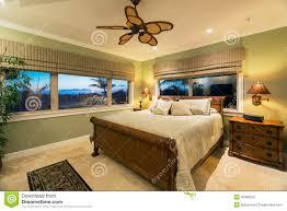 Schöner Schlafzimmer Innenraum Im Neuen Luxushaus Stockbild Bild
