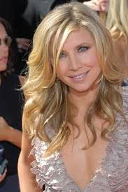 Hairstyles For Layered Hair 10 Best Sarah Chalke Is Wearing A Wavy Layered And Blonde Hairstyle For The