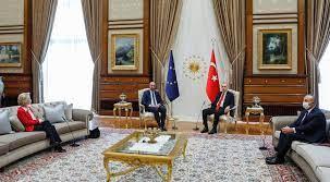 Sitzordnung bei Erdogan sorgt für Kritik: Ursula von der Leyen muss auf  Sofa Platz nehmen