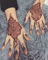 Halo teman, pada kesempatan kali ini kami akan membagikan informasi keren seputar lukisan inai tangan corak henna simple. 30 Henna Tangan Simple Inspirasi Corak Inai Tangan Menarik