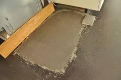 Via estudio levert béton ciré pro, een watervast stucwerk voor (badkamer) vloer en wand, keukenblad, meubels etc. Beton Cire Auf Treppe Erfahrung