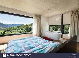 Moderne Villa Interieur Schlafzimmer Mit Badewanne Stockfoto Bild