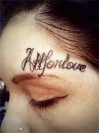 девушка сделала татуировку на лице в знак любви