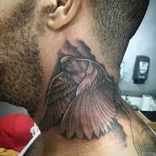 голубь с расправившимися крыльями тату на шее у парня добавлено