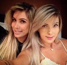 Duas loiras gostosas estilo panicat se chupando muito em um motel.