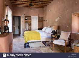 Rattan Bett Und Charlotte Perriand Lampe Im Schlafzimmer Mit Erde
