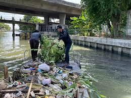 เก็บขยะและวัชพืช คลองเปรมประชากรช่วงตลาดบางซื่อถึงสะพานงามวงศ์วาน