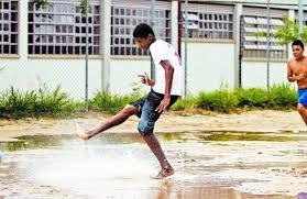 Resultado de imagem para galera  jogando bola na chuva