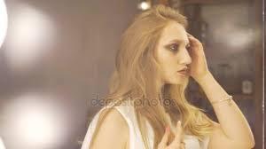 Portrait Dune Femme Jolie Jeune Et Sensuelle Avec Beau Maquillage Et Coiffure élégante En Regardant Son Reflet Dans Le Miroir Et De Fixation Des Cheveux Beauté Mode Et Maquillage De Concept