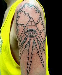 тату на плече парня пирамида с глазом туча и молния фото