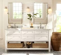 Land Badezimmer Mit Weiß Badezimmer Eitelkeit Und Runde Wand Spiegel