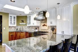 interior de casa moderna cocina edor con encimeras de granito brillante y foto de