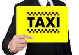 Такси встреча в аэропорту с табличкой