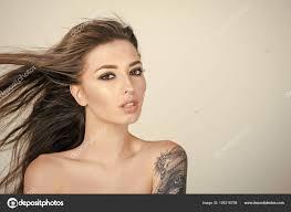 портрет женщины стильные тату окрашенные боди арт стоковое фото