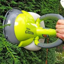 garden groom midi 300w electric hedge trimmer in use