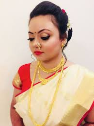 simple hairstyle with gajra for marathi bride
