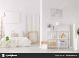 Grünes Blatt Vor Der Bett Neben Einem Holzrahmen Innen Minimal