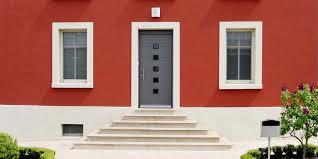 Coplaning Sa Weiße Sprossenfenster Für Ein Kleines Rotes Haus