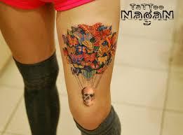 татуировка на бедре у девушки бабочки и череп фото рисунки эскизы