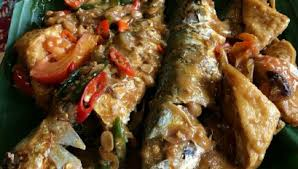 Jika bumbu sudah tidak ada bau langu, tuang santan, masukkan garam, gula dan kaldu bubuk. Ikan Kembung Masak Tauco Pedas Cooking With Sheila