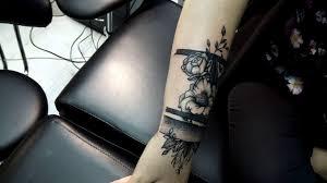 Teta Brayan Tattoo чб цветы дотворк на руке