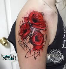 красные цветы на плече у девушки фото татуировок