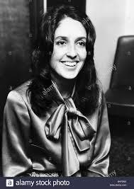 Joan Baez American Folk cantante famoso per canzoni di protesta contro la  guerra del Vietnam ha parlato a una conferenza al Savoy circa il suo  matrimonio Foto stock - Alamy