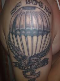летящие парашют и орел держащий в когтях ленту с надписью дшб