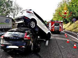 Incidente sulla Milano-Meda, auto finisce sotto suv ...