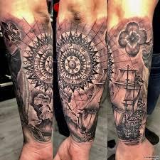 пиратский корабль узор и клевер тату на предплечье у парня