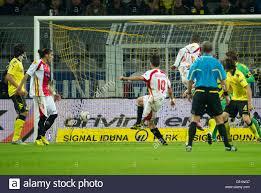Siviglia è Luca Cigarini (C) punteggi 0-1 durante UEFA Europa League gruppo  J corrisponde il Borussia Dortmund vs Sevilla FC al Signal Iduna Park  Stadium di Dortmund, Germania, il 30 settembre 2010.