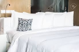 Schönes Kissen Auf Bett Dekoration Im Schlafzimmer Interieur